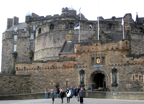 Edinburgh castle visitors 10 Interesting Edinburgh Castle Facts